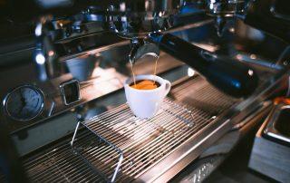Kawa-zaparzana-przez-ekspres-kolbowy