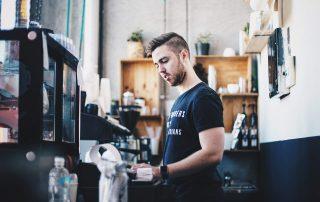 Barista-przygotowujacy-kawe