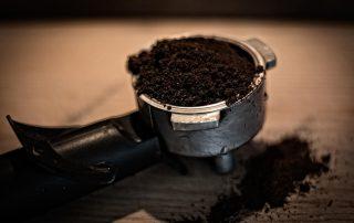 Kolba-z-ekspresu-wypelniona-mielona-kawa